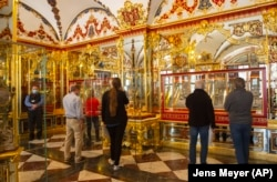 Látogatók a kirabolt ékszerszoba újranyitásakor Drezdában, 2020. május 30-án.