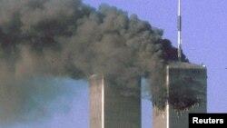 Охваченные огнем башни Всемирного торгового центра в день самого кровопролитного теракта. Нью-Йорк, 11 сентября 2001 года