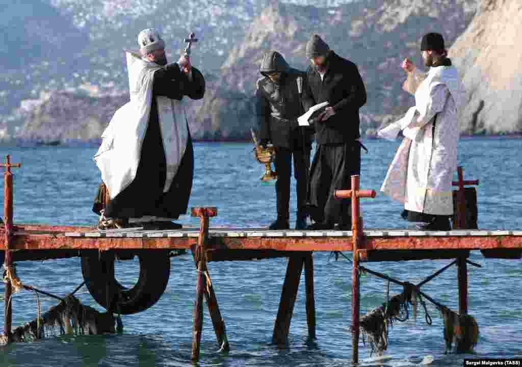 Священнослужители освящают воду Черного моря во время празднования Крещения Господня в Судаке
