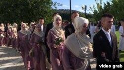 Ісламська спільнота надала костюми і сукні для молодят відповідно до мусульманських традицій, кожна пара отримала по 500 боснійських марок як весільний подарунок