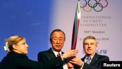 Пан Ґі Мун (с) і голова МОК Томас Бах (п) перед сесією МОК у Сочі, 6 лютого 2014 року