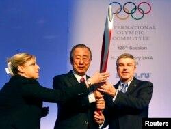 Пан Ги Мун с олимпийским факелом в руках. Сочи, 6 февраля