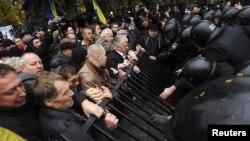 Під час антиурядового протесту у Києві, листопад 2011 року