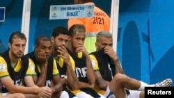 Игрок сборной Бразилии Халк (3-й слева)