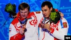 Российские бобслеисты Александр Зубков (слева) и Алексей Воевода завоевали в Ванкувере бронзовые медали