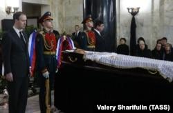 Гроб с телом посла Андрея Карлова был установлен в здании МИД РФ