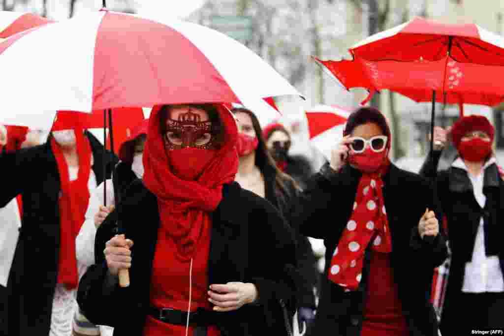Gratë marshojnë në Minks më 11 mars, duke kundërshtuar rezultatin e zgjedhjeve presidenciale. (AFP)