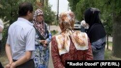 Наздикони бархе аз аъзои маҳкумшудаи ҳизби мамнӯи наҳзати исломӣ. 2-юми июн, шаҳри Душанбе.