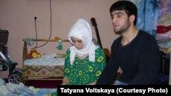 Зарина Юнусова и Рустам Назаров, родители погибшего в петербургской больнице младенца Умарали.