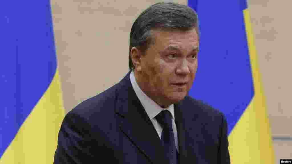"""28 ақпан күні Украинаның бұрынғы президенті Виктор Янукович (суретте) Ресейдің Дондағы Ростов қаласында баспасөз мәслихатын өткізді. Ол """"елінен қашпағанын, өміріне қауіп төнген соң Ресейге кеткенін, әлі де Украина президенті екенін"""" мәлімдеді. Бірақ """"Украинаға халықаралық арағайын елдердің кепілі болса ғана оралатынын"""" айтты. Ол """"Украина (Ресей деп айтқысы келген болу керек - ред.) біздің әріптесіміз болған, бола да береді. Ресей әрекет жасауы керек. Путиннің мінезін білуші едім - оны әлі үнсіз отырғанына таңмын"""" деді. Ол Украинаның қазіргі билігін """"сыртқы күштердің қолдауына сүйенген ұлтшыл, профашистік шағын топ"""" деп сипаттады.Журналистер қанша талпынса да, Януковичтің Ресейге қалай жеткенін біле алмады.Ақпанның 21-і күні оппозициямен дағдарысты реттеу келісіміне қол қойған Янукович көп ұзамай бой жасырған еді"""