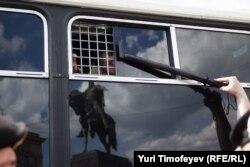 Елена Костюченко задержана во время акции за равенство сексуальных меньшинств. Москва, май 2012 года