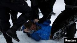 Полицията извлича протестиращ в Санкт Петербург