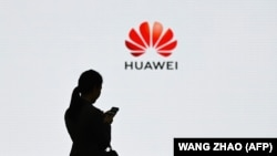 O angajată Huawei, la sediul central al companiei chineze din Shenzen
