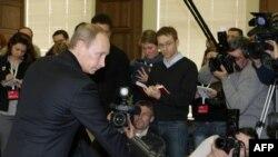 Премьер-министр нажимает кнопку запуска 6-го гидроагрегата.