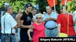 Женщина попыталась помешать митингу против коррупции