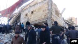 Люди, собравшиеся на развалинах больницы, которая поддерживалась «Врачами без границ» возле Маарет аль-Ньюмана, в северной сирийской провинции Идлиб, 15 февраля 2016 года.