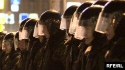 Заключенные и администрация противостоят друг другу, как две воюющие армии