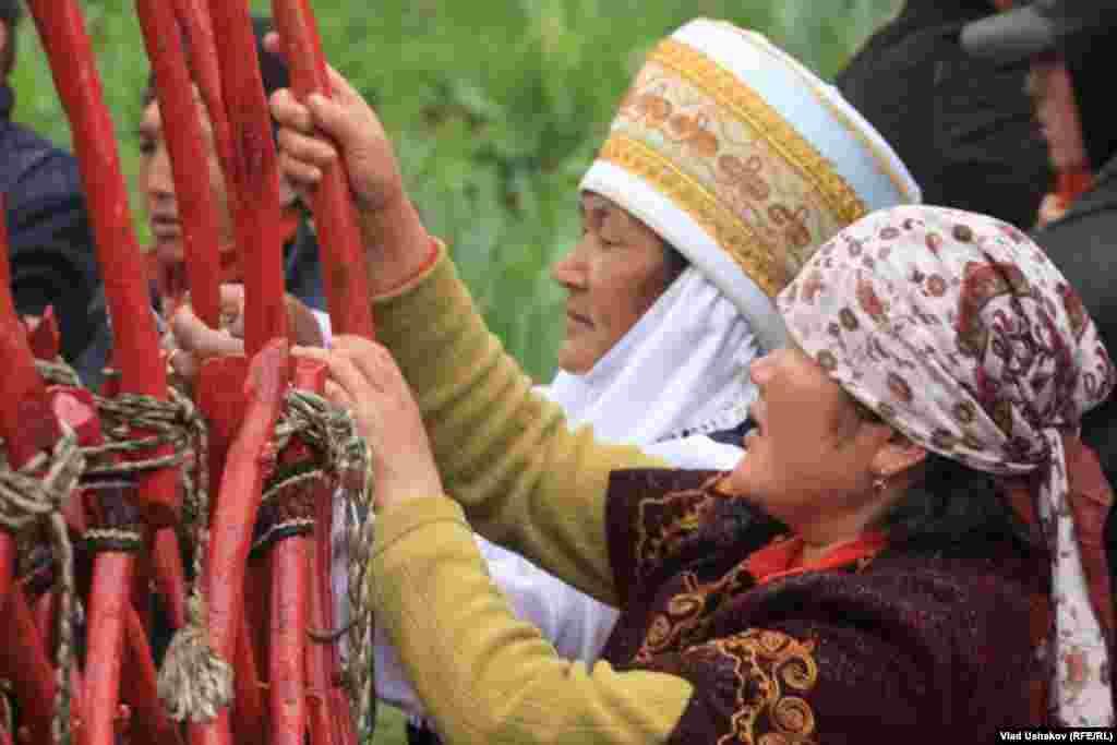 Женщины принимают активное участие в установке юрты.