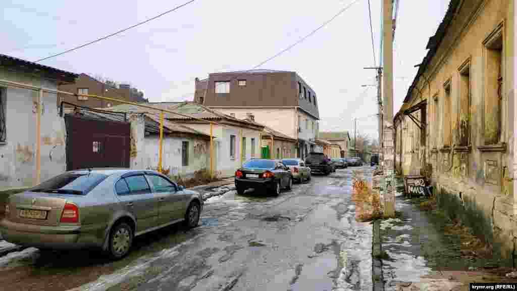 Улица заканчивается возле перекрестка с улицей Чехова