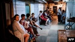 Женщины сидят в бомбоубежище при родильном доме в Донецке во время обстрелов в городе. 10 августа 2014 года.
