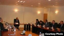 Председатель Верховного суда Бектас Бекназаров на встрече с гражданскими активистами Талдыкоргана. Сентябрь 2011 года.