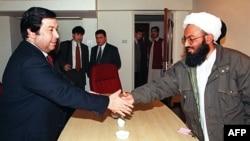 """Түркіменстанның сыртқы істер министрі Борис Шихмурадов (сол жақ шетте) Ауғанстандағы """"Талибан"""" өкілімен кездесіп тұр. Исламабад, 26 қаңтар 1999 жыл."""