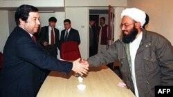 Министр иностранных дел Туркменистана Борис Шихмурадов обменивается рукопожатием с лидером талибов Афганистана Маулви Уакил Ахмадом. Исламабад, 26 января 1999 года.