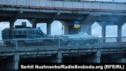 Бронетехніка спецназу на мосту Метро у Києві. 18 вересня 2019 року