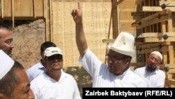 Муфтий КР Рахматулла-ажы на месте строительства новой мечети, Бишкек, 19 июля 2012 года.