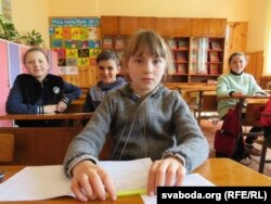 Алена Прыходчанка Алена са сваімі аднаклясьнікамі ў школе