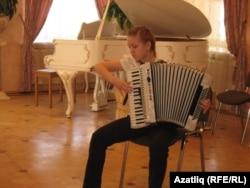 Сания Хәсәнҗанова аккордеонда уйный