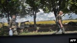 Українські солдати йдуть за водою на одному з блокпостів біля Слов'янська, 11 червня 2014 року