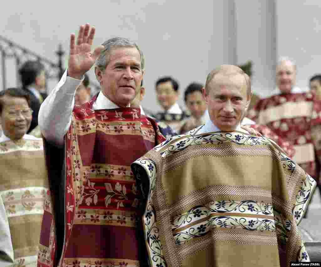 Президент Владимир Путин и президент США Джордж Буш во время официального фотографирования с лидерами других стран – участниц форума АТЭС в Чили. Ноябрь 2004 года.