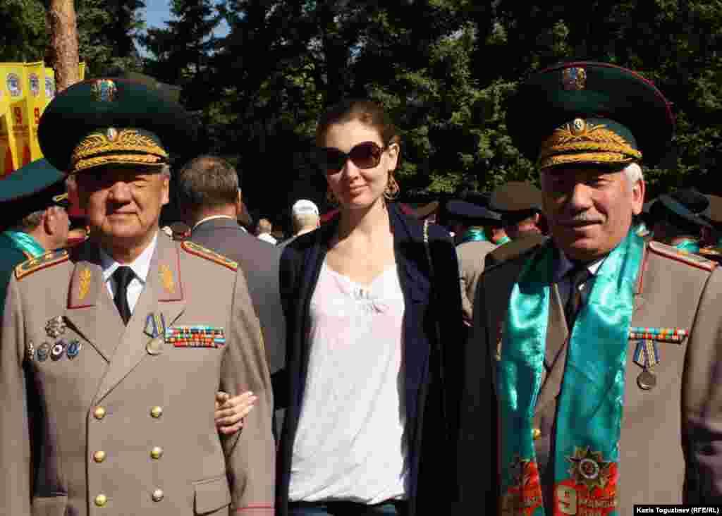 Генерал-лейтенант Болат Абдрахманов (слева, со своей дочерью), первый председатель КНБ Казахстана.