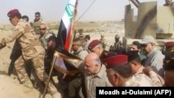 Ирак премьер-министрі Хайдар әл-Абадидің Әл-Каим қаласына әскерилермен бірге ту тігіп тұрған сәті. Ирак, 5 қараша 2017 жыл.