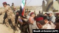 عکس مربوط به آزادسازی شهر القائم و اهتزاز پرچم عراق در آن