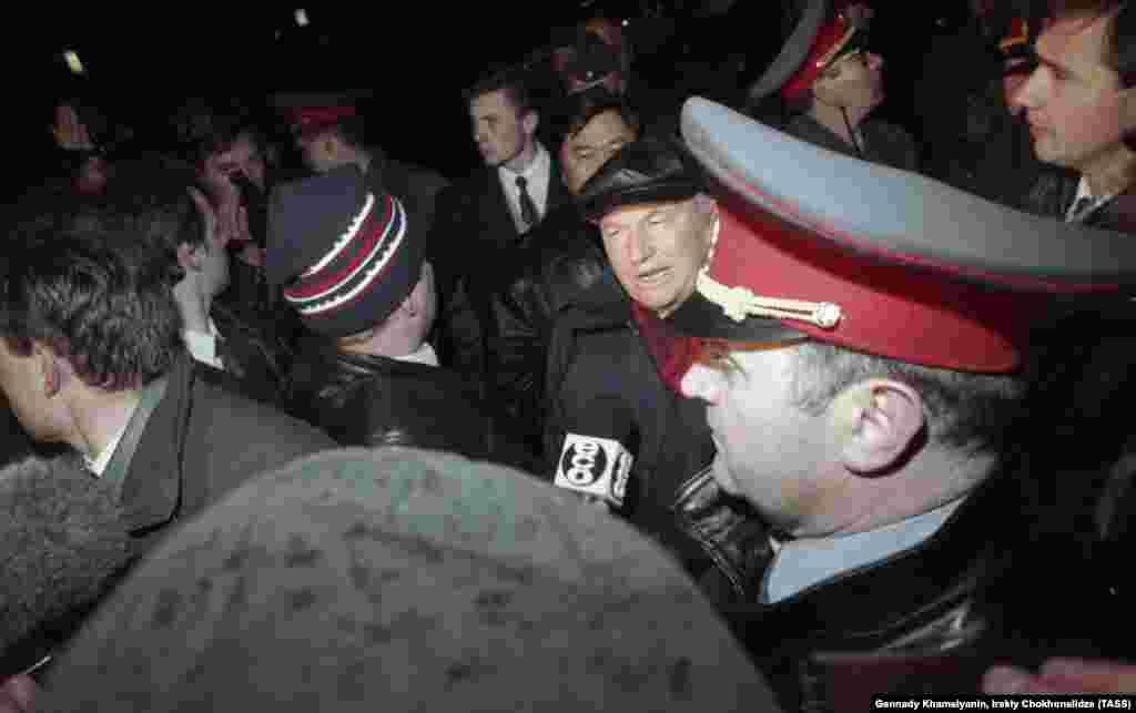 Лужков спілкується з журналістами на Червоній площі у Москві після того, як терорист захопив автобус із південнокорейськими студентами на борту. 15 жовтня 1995 року