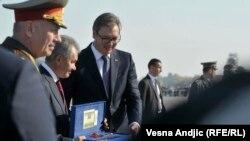 Vučić poklonio paradni bodež Šojguu