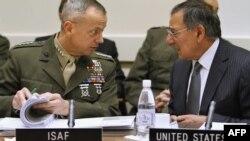 د امریکا د دفاع وزیر لیون پانیټا په افغانستان کې د ټولو ځواکونو له مشر جنرال جان الن سره د ناټو په غونډه کې.