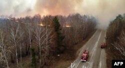 Около 400 украински пожарникари се борят с огнената стихия