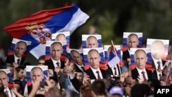 Posteri s Putinovim likom na vojnoj paradi u Beogradu
