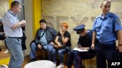 Ուկրաինա - Ոստիկանները «Ֆեմեն»-ի գրասենյակը խուզարկելուց հետո հարցաքննում են Աննա Գուցոլին, Կիև, 27-ը օգոստոսի, 2013թ․