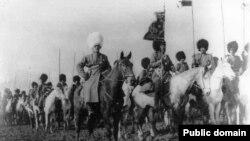 "Türkmen atly diwizionynyň esasyny Ahal hem Mary welaýatyndan bolan tekeler düzensoň, 1916-njy ýylyň 31-nji martyndan başlap, onuň ady ""Teke kawaler polky"" diýlip üýtgedilýär. (Surat: 1916-njy ýylyň 19-njy marty)"