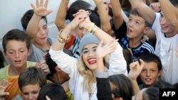 """Rita Ora me fëmijë nga Kosova gjatë xhirimit të video spotit për """"Shine Ya Light"""""""