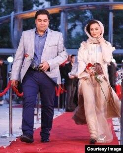 نفیسه روشن بازیگر سینما به همراه همسرش بر روی فرش قرمز جشن حافظ