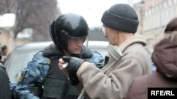 OMON forces confront a journalist in Moscow (file photo)