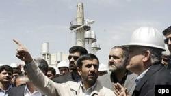 Американская разведка не располагает данными о сколь-нибудь существенном продвижении Ирана к обладанию ядерным оружием. Президент Ахмадинеджад на заводе по производству тяжелой воды в Араке