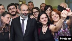 Armenia - Employees of the Synopsys Armenia IT company take a selfie with Prime Minister Nikol Pashinian in Yerevan, 19 June 2018.