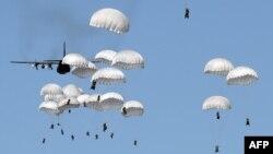 НАТО жаттығулары кезінде парашютпен секіріп жатқан Польша жауынгерлері. Турино, 7 маусым 2016 жыл.