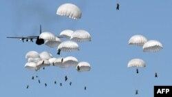 Польские военные десантируются близ военного комплекса в Торуни во время военных учений НАТО Anaconda 16. 7 июня 2016 года.